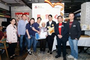东华三院主席王贤志先生(右三)、 东华三院总理冯敬安先生(左二)与善长(左四)及嘉宾合照
