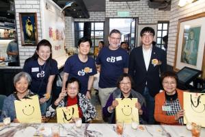东华三院社会服务委员会主任委员马清扬副主席(后排右一)在午宴上与老友记合照