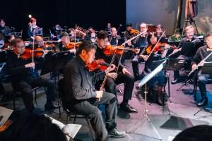 年青音乐家与「E大调合奏团」一同合奏,擦出无限火花。