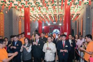 东华三院主席王贤志先生(前排右三)与各位嘉宾奉香。