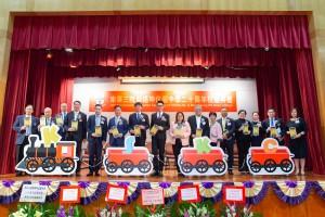 图一为东华三院主席兼名誉校监王贤志先生(左八)及主礼嘉宾教育局新界区首席教育主任陈展桓女士(右八),与一众嘉宾合照。