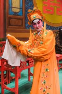 图二及图三为鸣芝声剧团两位台柱盖鸣晖小姐及吴美英小姐于《天赐良缘》中演出。