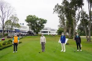 图四为筹备委员会委员谭镇国副主席(右二)、马清扬副主席(左一)、李泽浩总理(右一)及林子祥先生(左二)主持开球仪式。