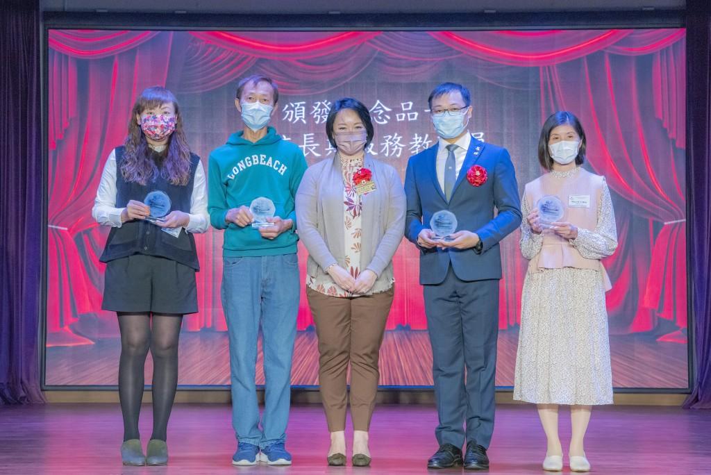 图三为东华三院主席兼名誉校监文頴怡小姐(中)颁发教职员长期服务奖。