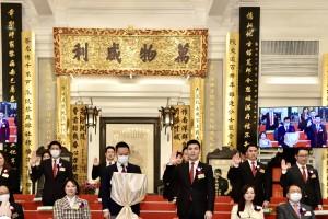 东华三院辛丑年董事局主席谭镇国先生( 第一 排右三 )