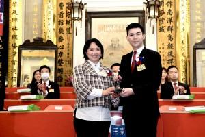 东华三院庚子年董事局主席文頴怡小姐(左)移交契据及印信予辛丑年董事局主席谭镇国先生(右)。