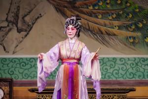 图三及图四为鸣芝声剧团两位台柱盖鸣晖小姐及吴美英小姐于《龙凤配》中演出。