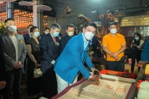 图1︰东华三院主席谭镇国先生于《天后诞滚动条》上盖上印玺,寓意风调雨顺,万事如意。