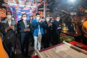 图2︰东华三院主席谭镇国先生(前排中)带领辛丑年董事局成员及嘉宾进行天后贺诞参神仪式,祝愿香港繁荣安定。