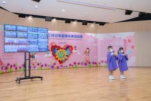 图二为毕业生代表领唱,典礼以网上转播形式于各校同步进行。