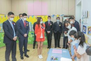图五为一众嘉宾参观校舍,了解该幼稚园的学生学习及各项设施。
